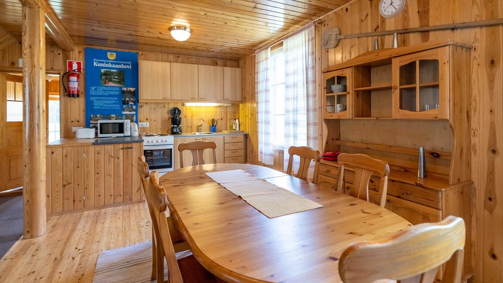 Hostelli Kuninkaanlähde Kuninkaan Tupa keittiö ja ruokapöytä