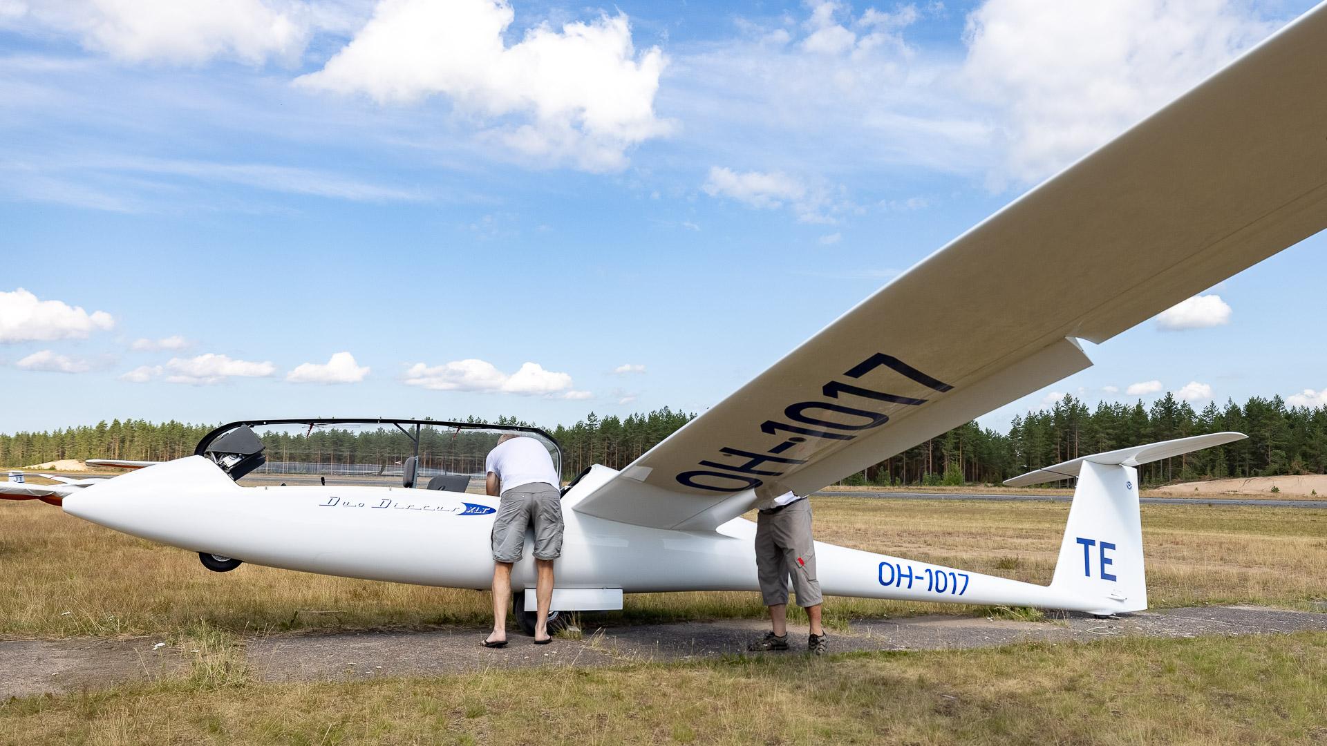 Purjekoneen valmistelemista lennolle Jämillä